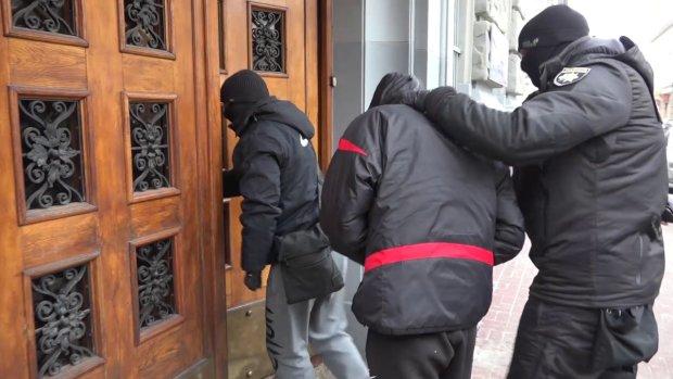 В Киеве активисты схватили 18-летнего наркодилера: привязали к столбу и накормили его же товаром, видео