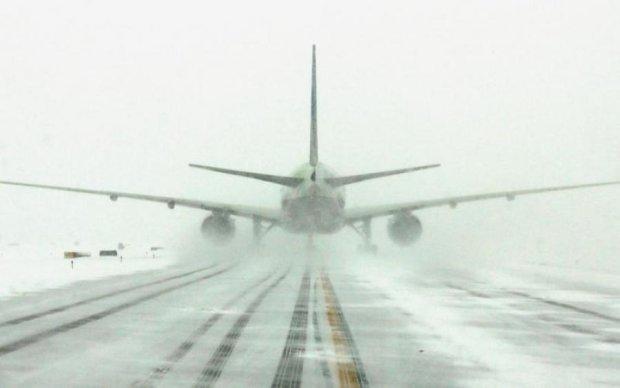 Снежный плен: аномальная непогода отменила более тысячи авиарейсов
