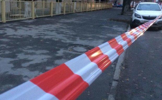 Біля київської школи відкрили стрілянину, на місці поліція та медики
