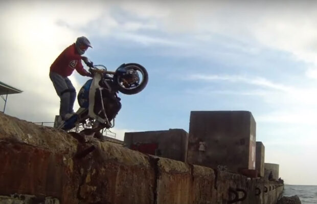 мотоциклист, скриншот из видео