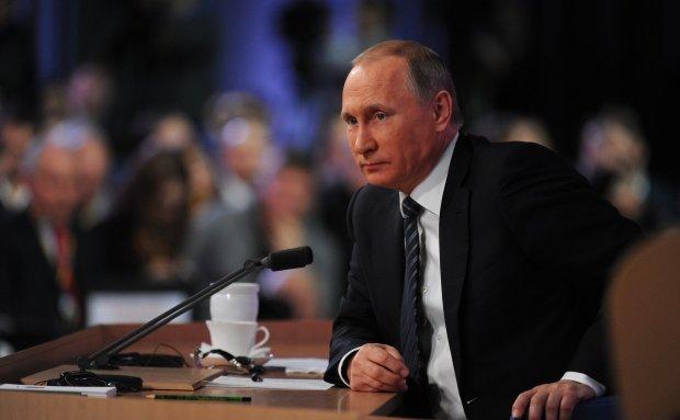 Вова, пора на пенсию: старец Путин опозорился со шпаргалкой