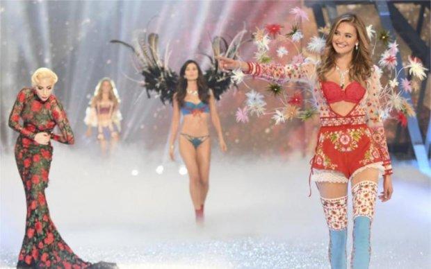 Модный показ Victoria's Secret закончился пикантным конфузом