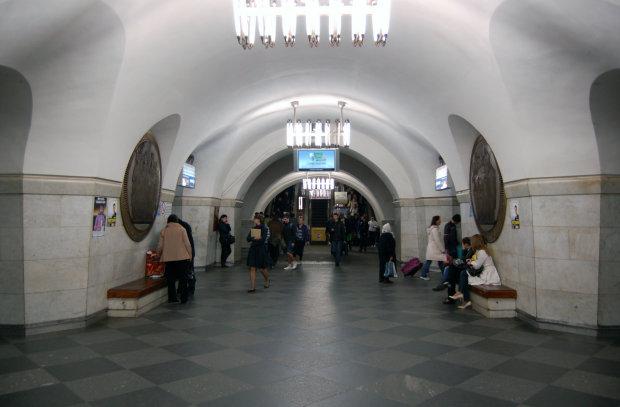 Один неадекват и две гранаты: в метро Киева ЧП