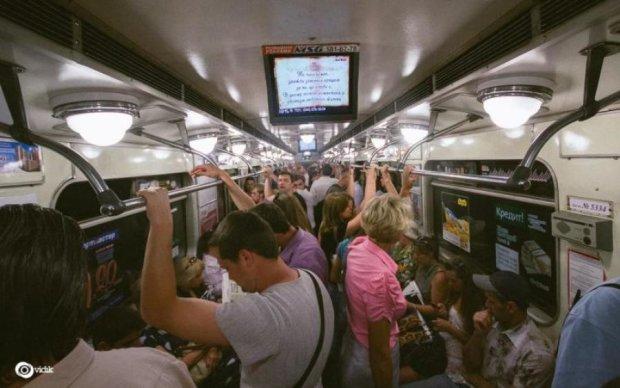 Суррогатное материнство и поддельные права: каким рекламным мусором кормят киевлян в метро