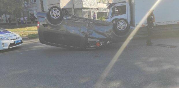 """Пекельна аварія поставила на вуха Бердянськ, легковик догори дригом - """"склеїлися"""" на перехресті"""