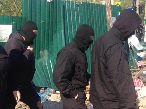 """Полные автобусы вооруженных """"титушек"""" задержали под Одессой: """"хотели пошатать трубу"""""""