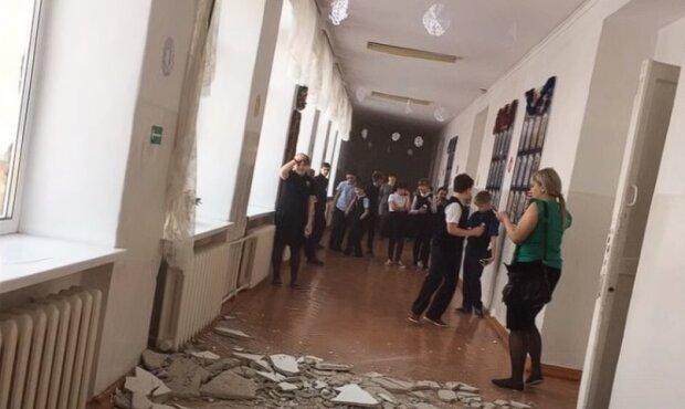 На головы детей неожиданно обрушился потолок: в школе находились ученики и педагоги