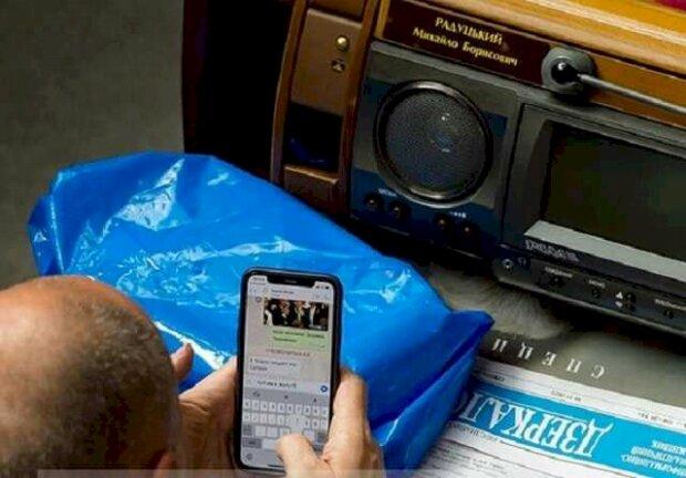 Хочеш сидіти в смартфоні – давай сюди паспорт: депутати написали доленосний закон, життя не буде колишнім