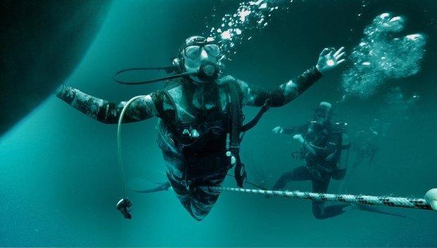 Дайверы обнаружили неизвестного монстра: 8 метров ужаса, извиваясь, плавают в морских глубинах