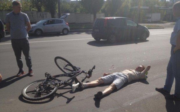 """Киянин зніс велосипедиста на """"зебрі"""""""