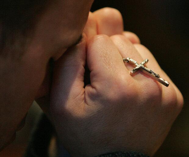Защитит от нечестивого и подарит сладкий сон: молитва, которую стоит читать каждый вечер