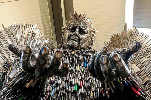100 000 лез змахують на трон в Грі Престолів: величезна статуя ангела з ножів закликала світ одуматися