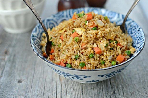 Готуємо разом: смажений рис з яйцем по‑китайськи
