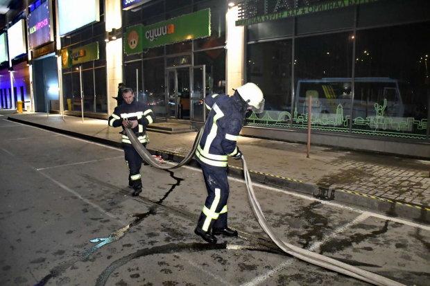 В Киеве загорелся популярный торговый центр: видео
