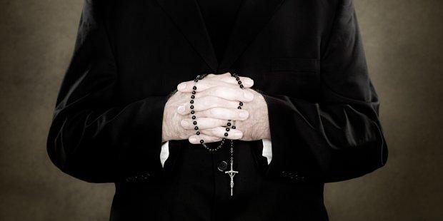 """Священика зі скандалом викинули з храму після 20 років служби: забув """"зареєструватися"""" у бога"""