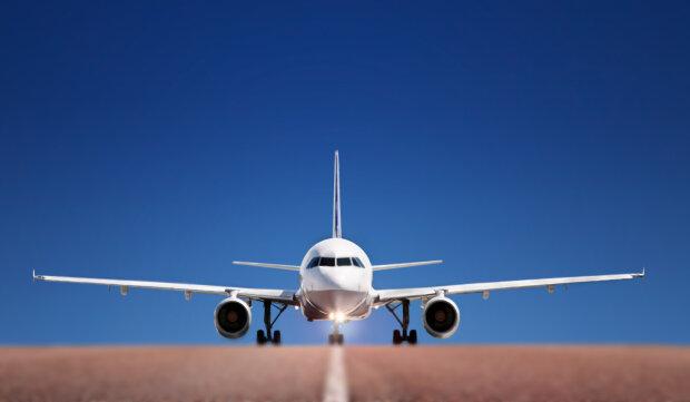 """Дали """"пятюню"""" крылышками: в аэропорту еще до взлета столкнулись два самолета"""