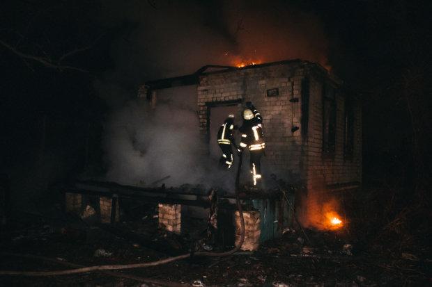 Вместо новогодних огней в Киеве сгорел дотла дом: видео