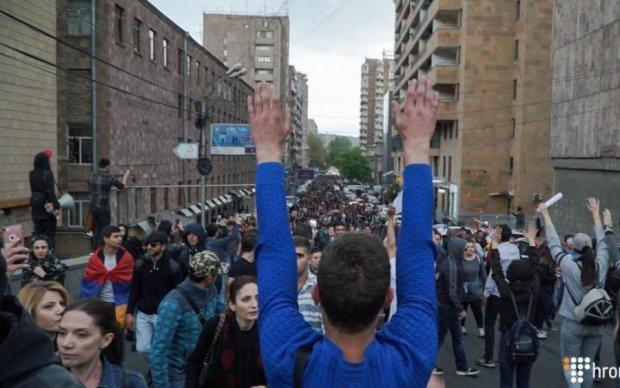 Улицы города заблокированы: сотни людей вышли на акции протеста