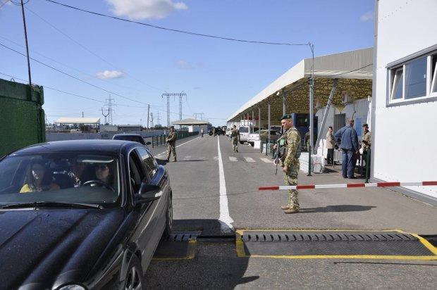 Тисячі людей, сотні авто і глобальна паніка: на Донбасі коїться щось недобре