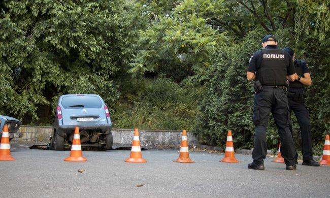 У Києві автівки зникають під землею: дорожній хоррор потрапив на відео