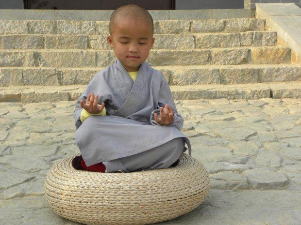 3-летний мальчик по прозвищу Little Stone стал шаолиньским монахом и мастером кунг-фу: он научился вытирать слезы и продолжать тренировки