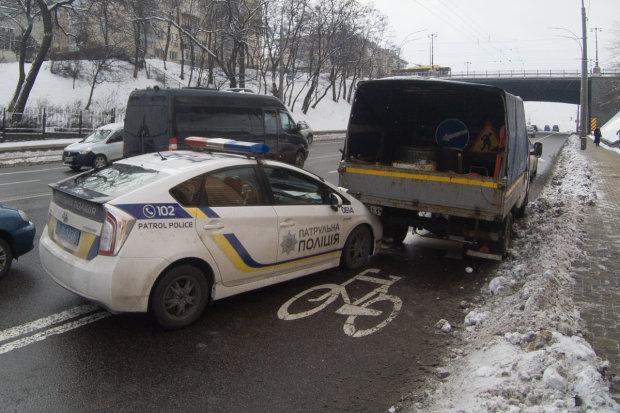 """Копы устроили бессмысленный погром на дороге: снесли все """"лишнее"""", даже водителя"""