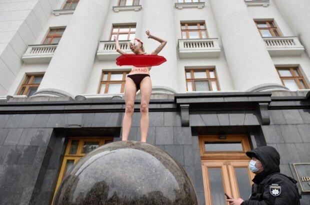 Активистка пришла под Офис президента Украины совершенно голой, фото: Киев Сейчас