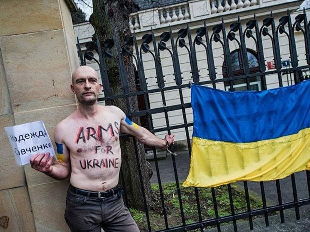 Голі чехи прикували себе до російського посольства