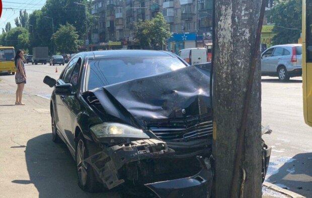 В Киеве пьяный автомойщик угнал дорогущую Mercedes и устроил вечер битых передков