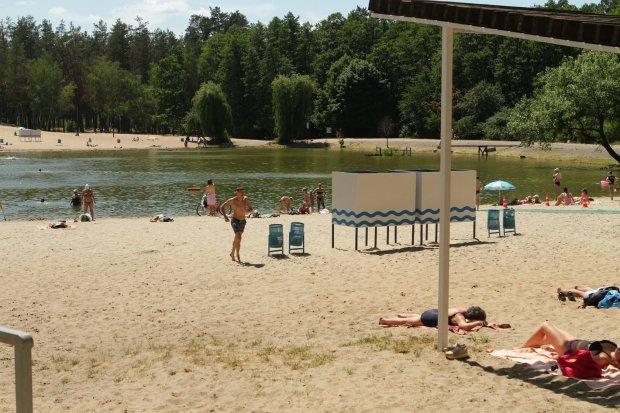 Киян вигнали з пляжів, небезпечно для життя: де краще не купатися