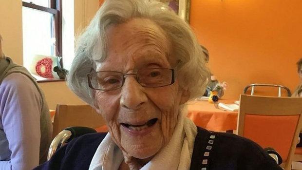 """Захотілося гострих відчуттів: копи здійснили мрію 104-річної оптимістки, """"гаряча штучка"""" у своєму віці"""