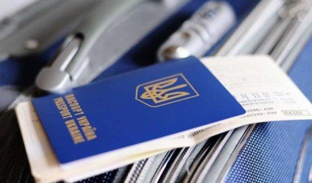 Украинцы могут путешествовать в Европу со старыми паспортами