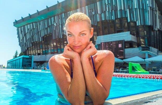 """Полуголая Волочкова взлетела под купол цирка, фанаты увидели лишнее: """"Лучше в бане сидеть!"""""""