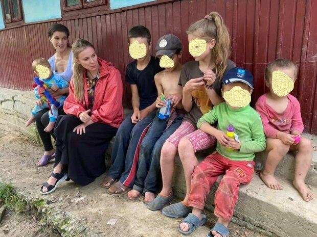 На Буковине в лесах обнаружили семью отшельников - нищета, семеро детей и мать после инсульта