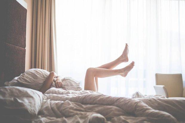 Руки под одеяло: ученые назвали 7 веских причин заняться мастурбацией