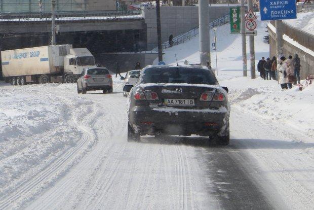 Едем по скользкой дороге: топ-5 правил, которые спасут жизнь водителям и пассажирам