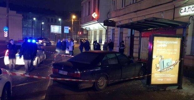 Во Львове оголтелый дружок Зайцевой снес остановку с людьми, есть пострадавшие: жуткий момент попал на видео