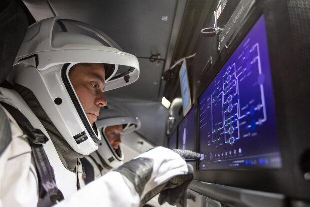 Корабль Crew Dragon совершил успешную посадку в Атлантическом океане, фото SpaceX