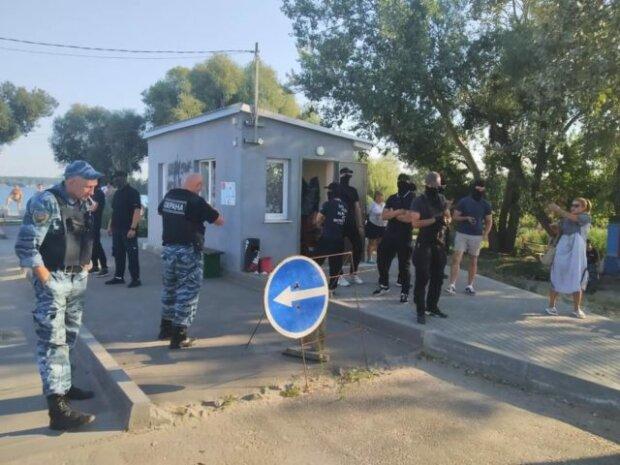 Банда в балаклавах устроили погром под Харьковом, снесли все: фото и видео инцидента