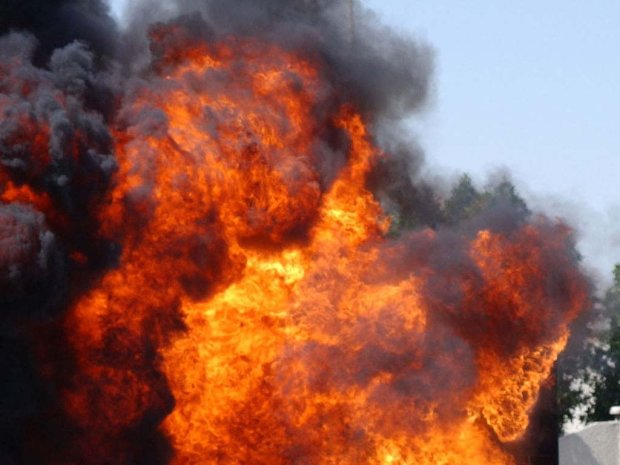 Теракт біля поліцейського відділку: вибухи і постріли не припиняються