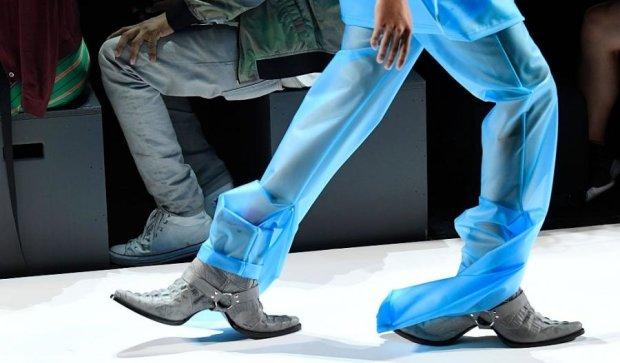 Тиждень моди у Нью-Йорку: моделі шокували двостороннім взуттям