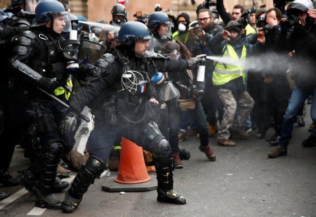 Ситуация в Париже становится все горячее, полиция пошла в наступление: видео