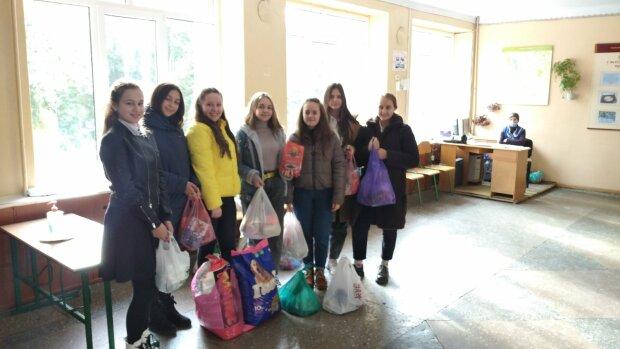 Тернопольские школьники накормили бездомных Рексов и Мурок: достойный пример для всех