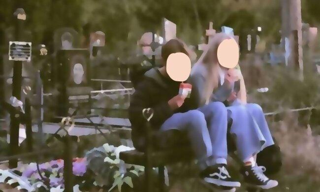 Дети устроили фотосессию на кладбище, скриншот с видео