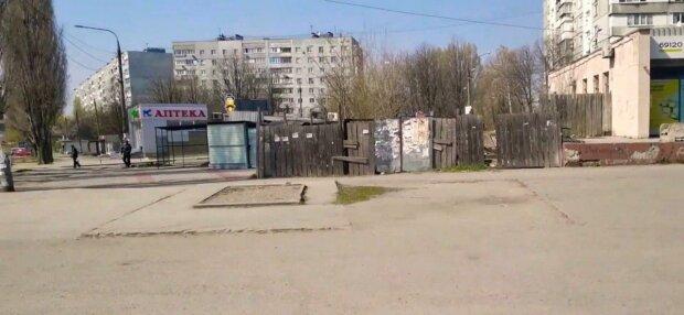 В Мелитополе возле остановки нашли могильную плиту с таинственной надписью - знак с того света, кадры не для слабонервных