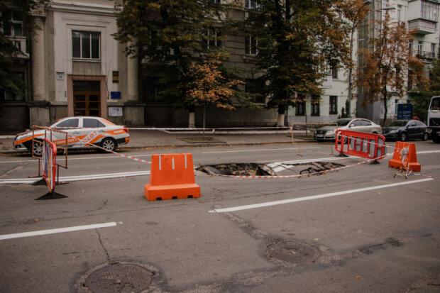 Возле ОП Зеленского асфальтовое покрытие ушло под землю
