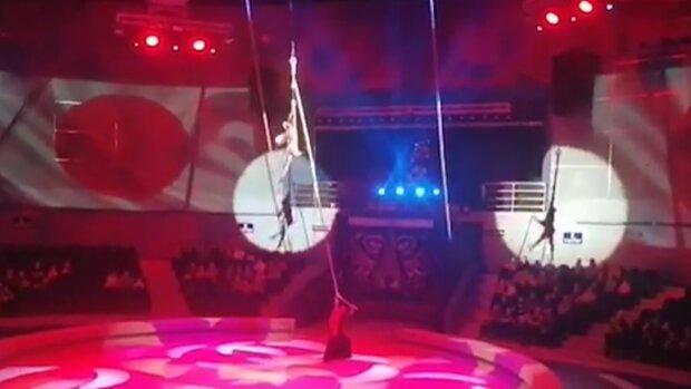 """Гімнастка """"приземлилася"""" на голову під час вистави, світло згасло: відео змусить заніміти"""