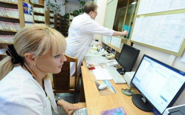 Медреформа, призов в армію та поїздки за кордон: що чекає на українців у квітні