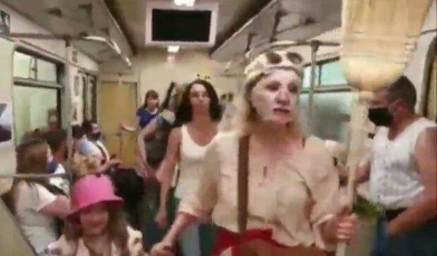 """У київському метро """"голі"""" жінки з мітлами закликали пасажирів """"роздягнутися"""" - """"Увімкніть мізки"""""""