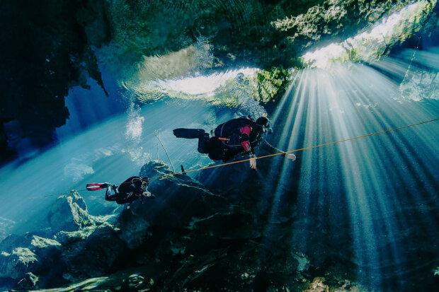 дайвери в океанській печері, фото 34travel